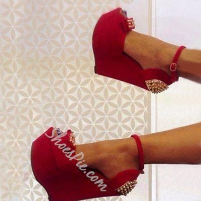 Prepossessing Rivets Peep-toe Wedge Sandals